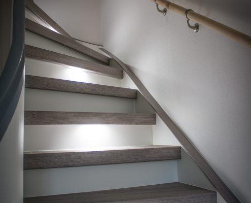 Vinyl Grau mit weißen Setzstufen Und LED Beleuchtung