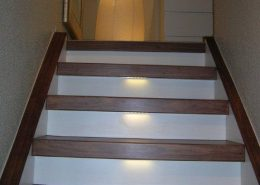 Treppenrenovierung mit Trittstufen Walnuss, Stellstufen Weiß und LED - Beleuchtung