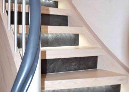 Treppenrenovierung mit Laminat und LED-Beleuchtung, Trittstufen Nussbaum Weiß und Stellstufen Anthrazit-Stone