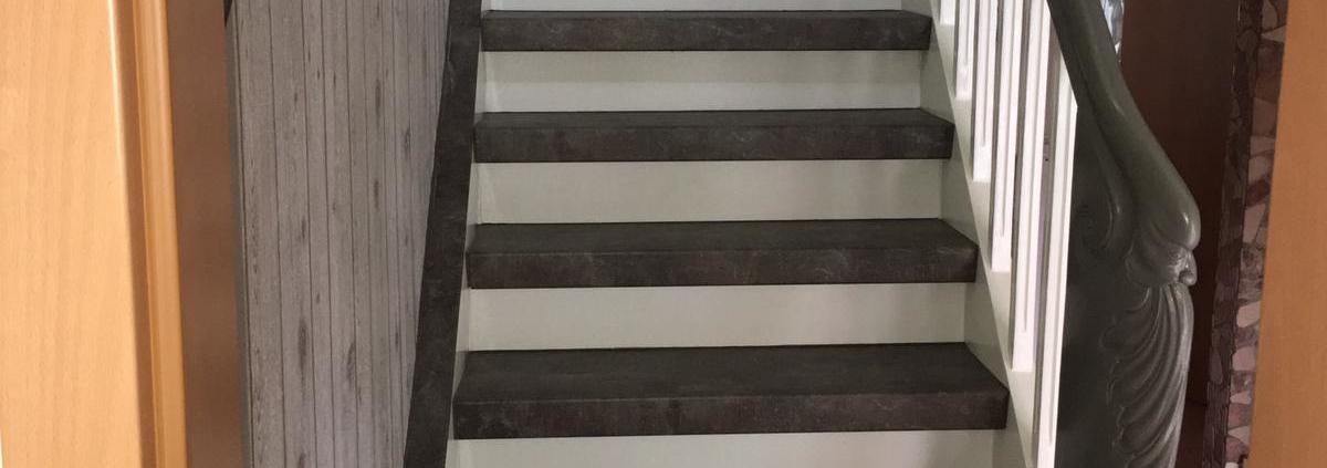 Laminatstufen auf alter Holztreppe